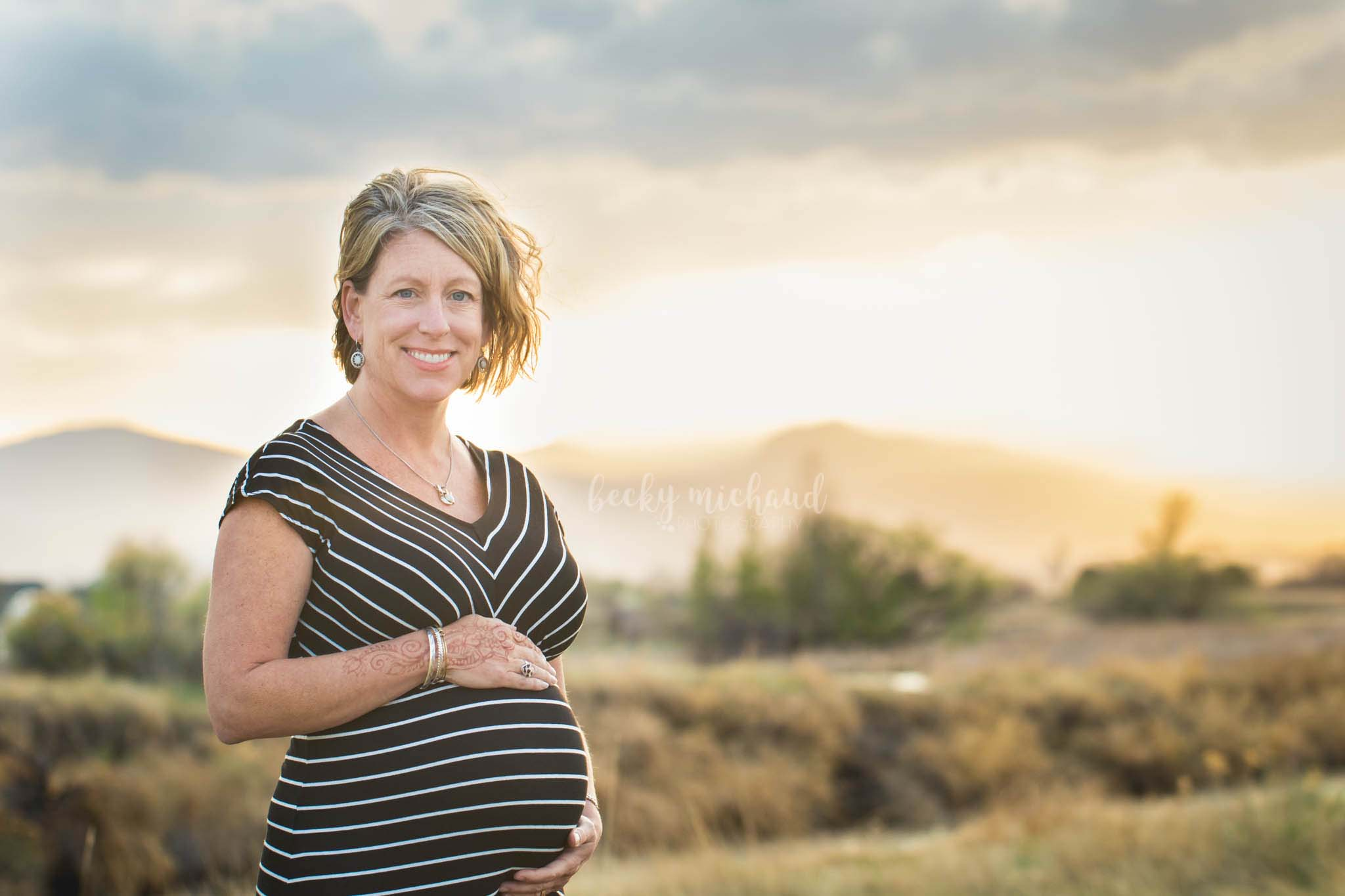 Maternity photo session with a mountain view at sunset in northern Colorado